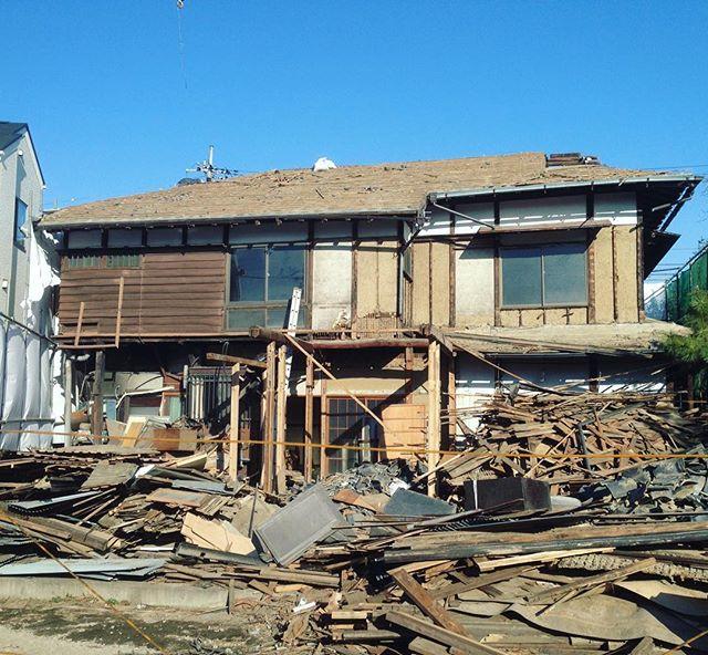 近所に、太宰治が荻窪に住んでいた時の旧居「碧雲荘」がある。今日歩いてると取り壊しが行われていた。『富嶽百景』はここで書かれたという。崩れ去る家屋。抜けるような青い寒空が悲しかった。 https://t.co/S8DPY0l2uY