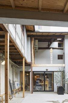 【新建築3月号発売】「京都アートホステル kumagusuku」.築70年の民家を「宿泊型のアートスペース」として改修するプロジェクト.漆塗りの階段など随所に取り込まれた伝統工芸も見所.https://t.co/LFod8j1dj3 https://t.co/AI1OidjdLx