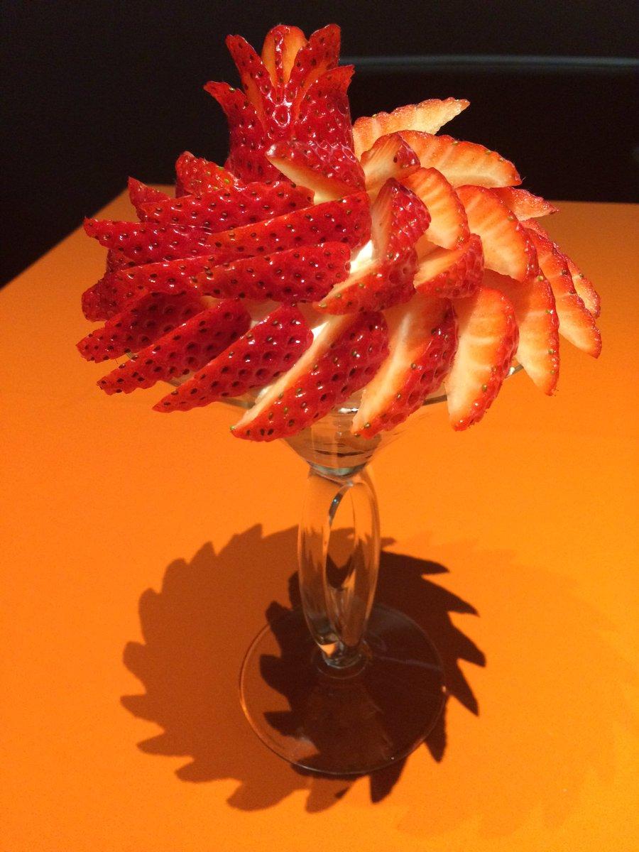 カフェコムサ銀座店、和歌山県産「まりひめ」のパフェ。期間限定。 ジューシーで甘い苺。小さくカットされ、美しく飾られています。香りもよく、酸味が強くなくておいしい。 時間帯によっては提供できないことも。早めの時間帯に行くのがベター。 https://t.co/ciuI7ek503