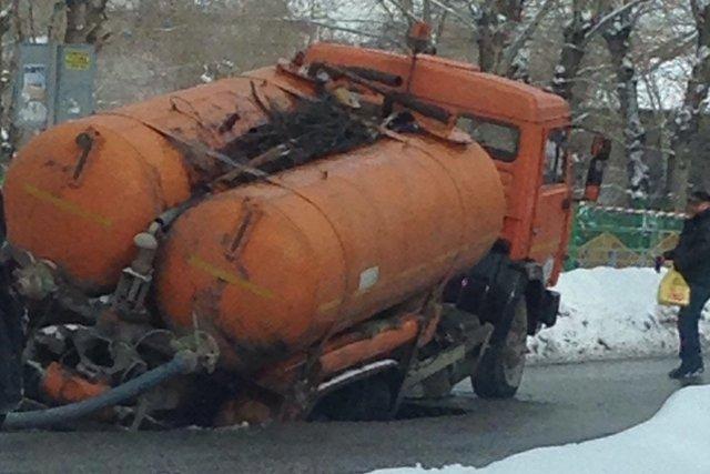 Дорога провалилась под машиной коммунальной службы в Новосибирске  https://t.co/gjCI2vkFlB https://t.co/yvVuixI256