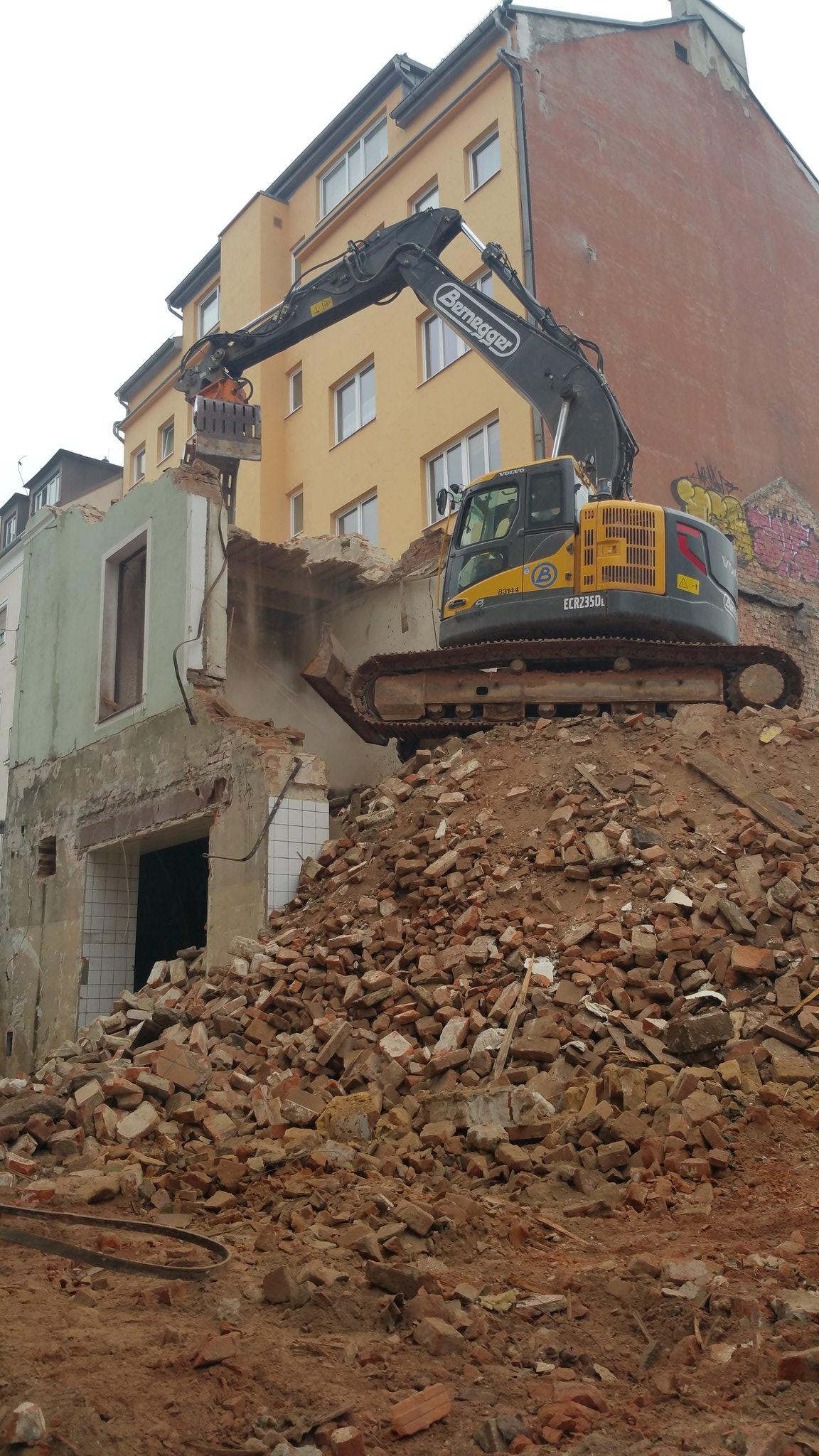 Nicht nur die Eisenbahnbrücke wird abgerissen... Linz entledigt sich eines Traditionswirtshauses. pö https://t.co/kD0dYIAoo8