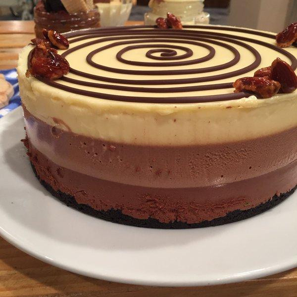 #CocinerosArgentinos @ximena_saenz hace una torta de 3 chocolates.  ¡Chocolate y amor por siempre! @TV_Publica https://t.co/yOt0nHRk0M