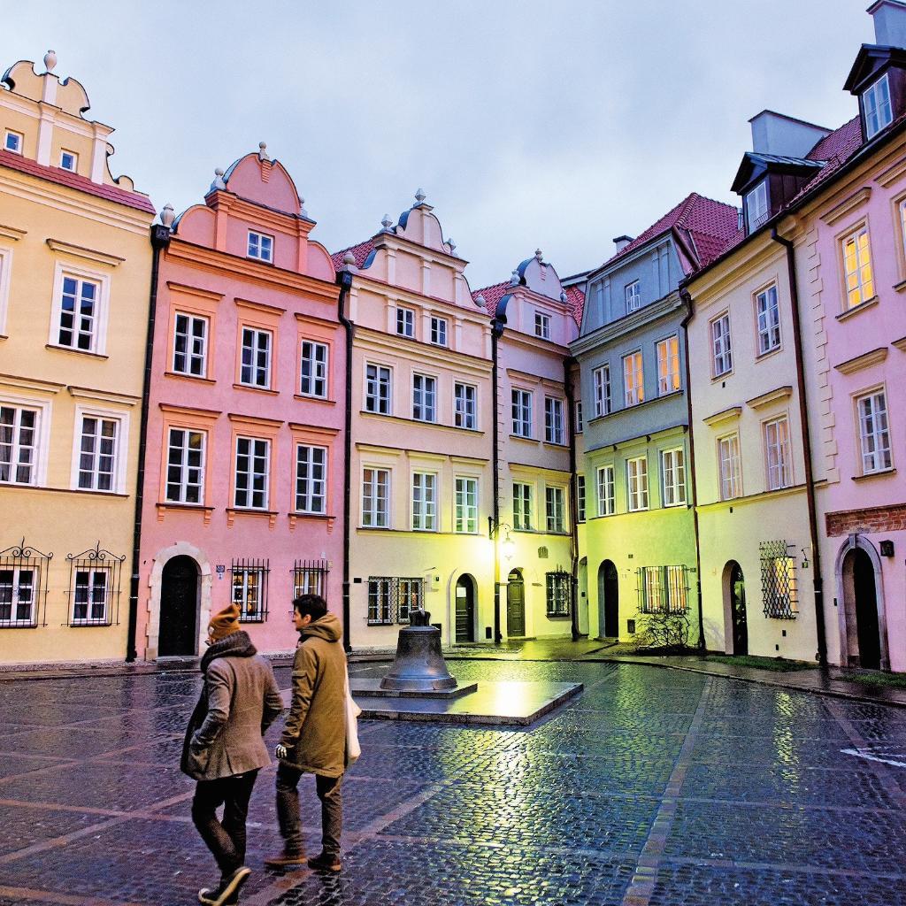 Capitale tendance: en mars, @enRoutemag explore Varsovie! Nos vols débutent le 14 juin: