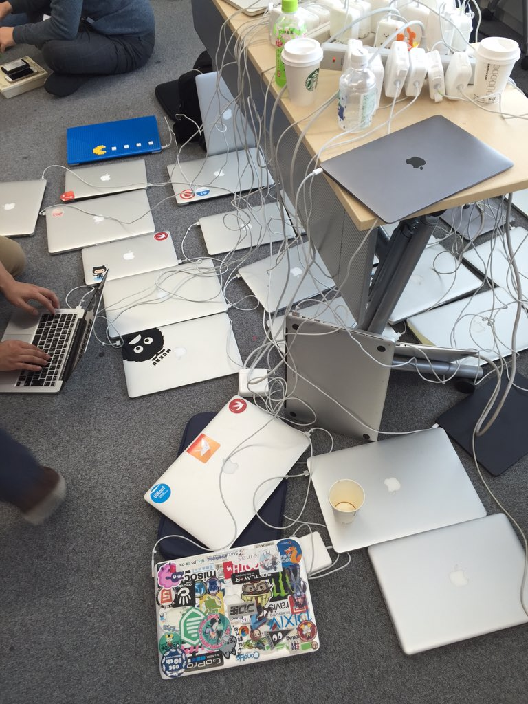 充電ステーションを見てMacBookにステッカーを貼りまくる理由がわかった気がする https://t.co/4goQwHu4kP