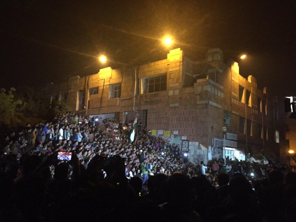Women, men and children make up the cheering crowds listening to #KanhaiyaKumar #JNU https://t.co/nlNTfD3ib4