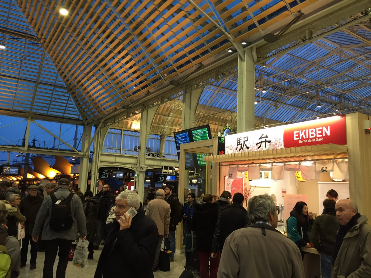 パリのリヨン駅に期間限定で駅弁屋さんができている。7時前なのにもう売り切れだそうだ。 https://t.co/HZRQaASu0O