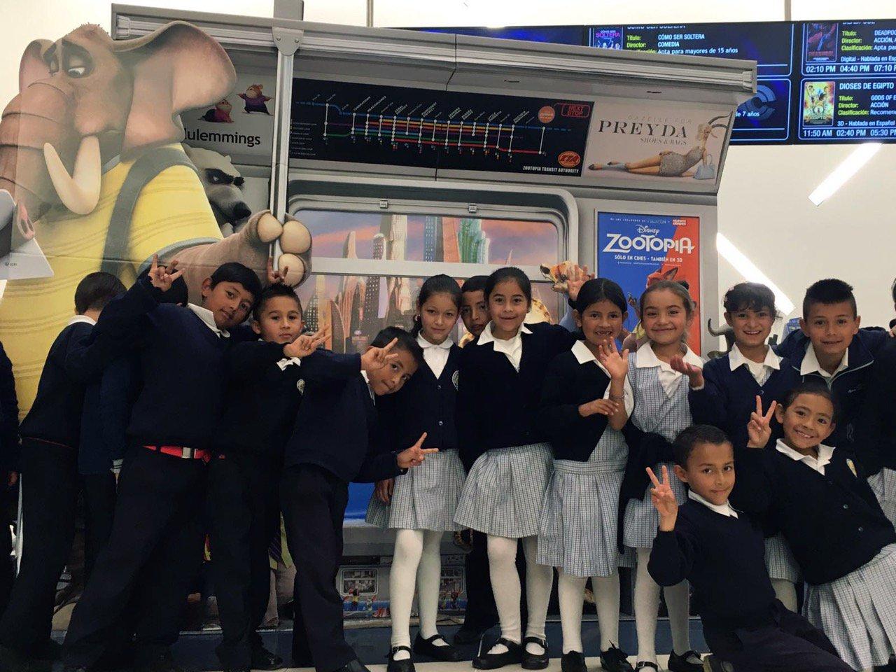 Hoy los alumnos de la @fpiesdescalzos vieron #Zootopia gracias a #CompromisoDisney! Cómo ven, están ZOOPER felices! https://t.co/gguHBcvGYT