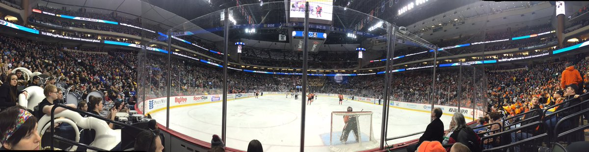 Still amazes me 19,000 people attend a high school hockey game. That's only a quarterfinal. On a Thursday. At noon. https://t.co/BOKbAQgPVs