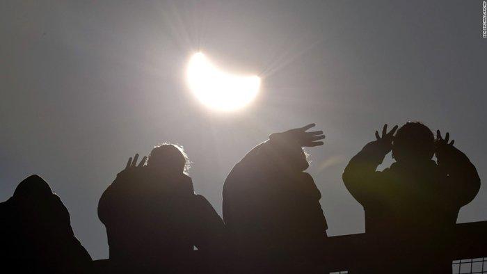Mengapa Melihat Gerhana Matahari Total Secara Langsung Berbahaya? - AnekaNews.net