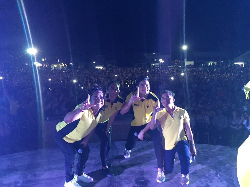Daniel Padilla, Kathryn Bernardo, Chokoleit + Host Rootcrop doing the Laban sign. #TodayIs4MAR #PHVoteRoxas https://t.co/URYL8YpsQ6
