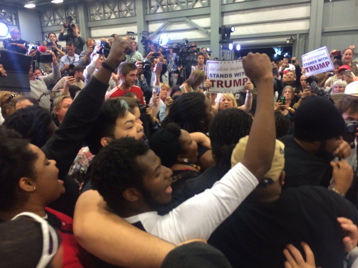 Group chanting #BlackLivesMatter shoved out https://t.co/4o2XGgAcBL
