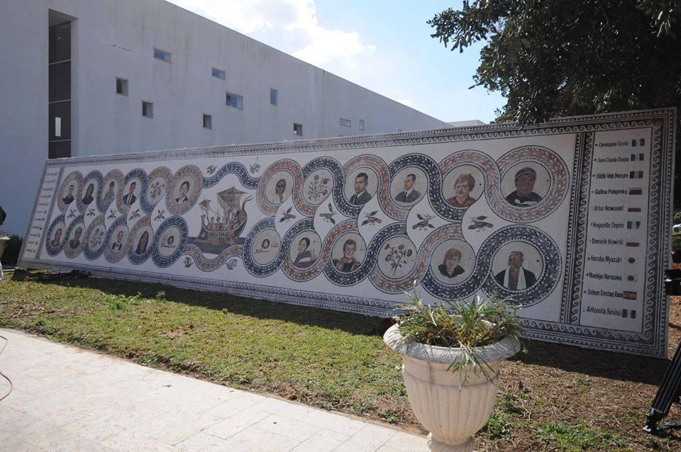 Bel hommage aux victimes de l'attentat du musée de #Bardo d'il y a un an, sous forme de mosaïques romaines. #Tunisie https://t.co/7lTUDvBDQm