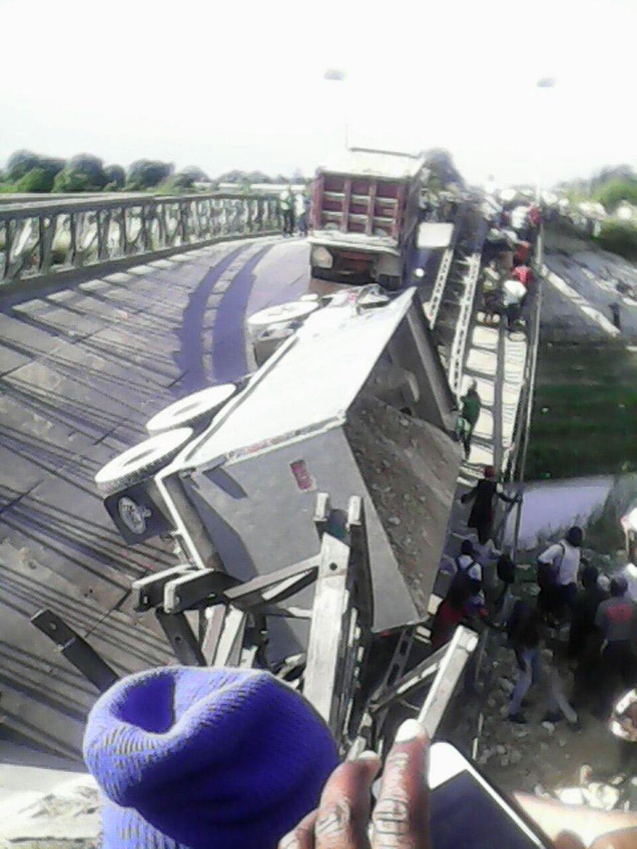 Catastrophe à Hinche, camion qui fonce dans une bande de rara à Leogane et pont de la Route 9 qui s'effondre #Haiti https://t.co/ssGJxWJCVV