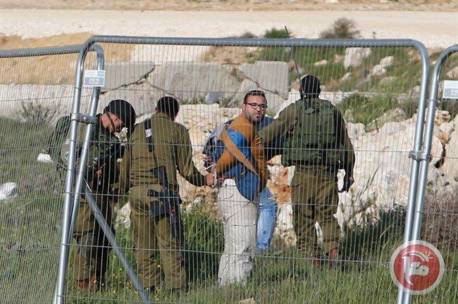 #Israeli forces detain reporter taking video footage of #Palestinian killed at Gush Etzion https://t.co/OchYDq5mV3 https://t.co/GOAB2hsWiE