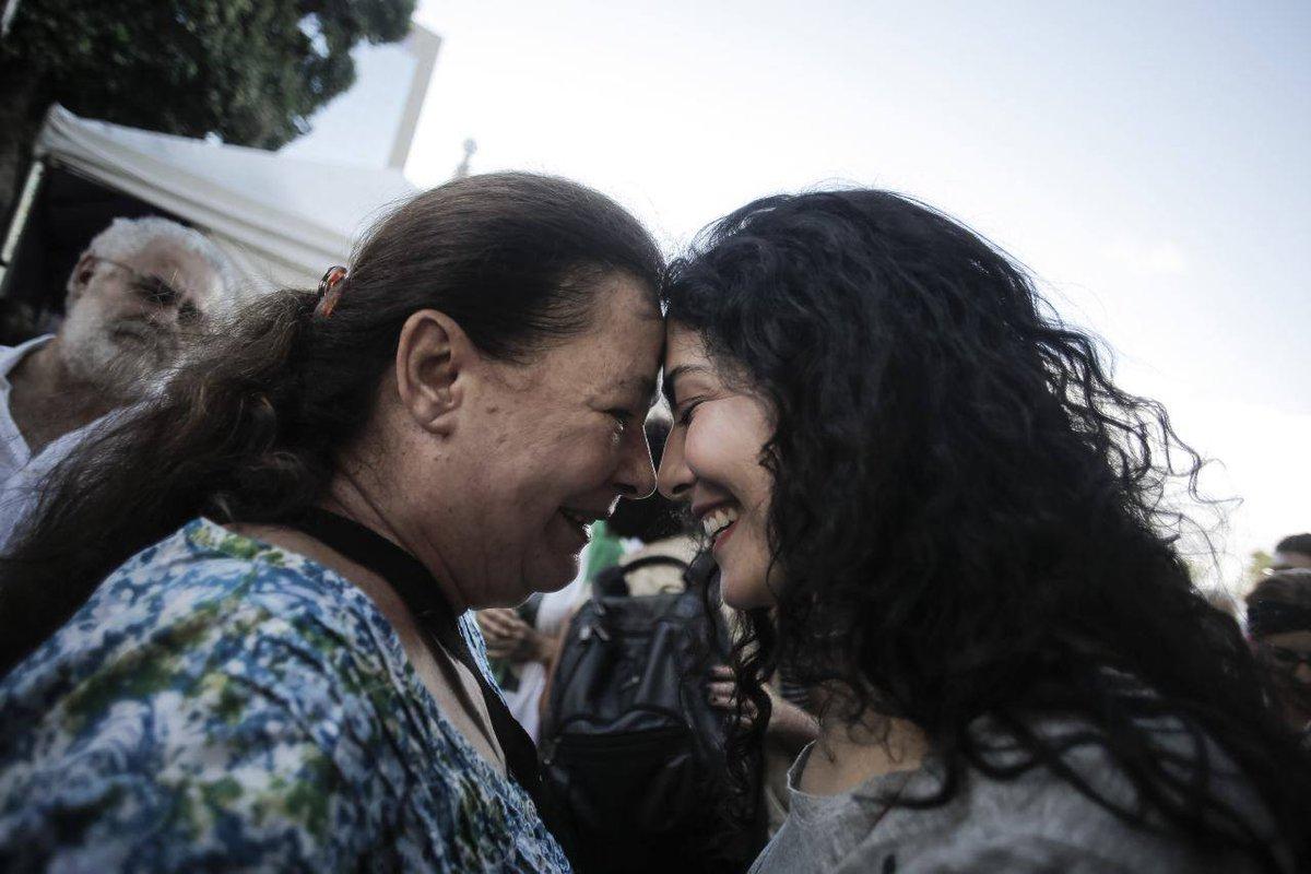 Leticia Sabatella e Bete Mendes tb defendem a democracia e estão na Pça XV, no RJ #VemPraDemocracia Via:Mídia NINJA https://t.co/CihsM4swOb
