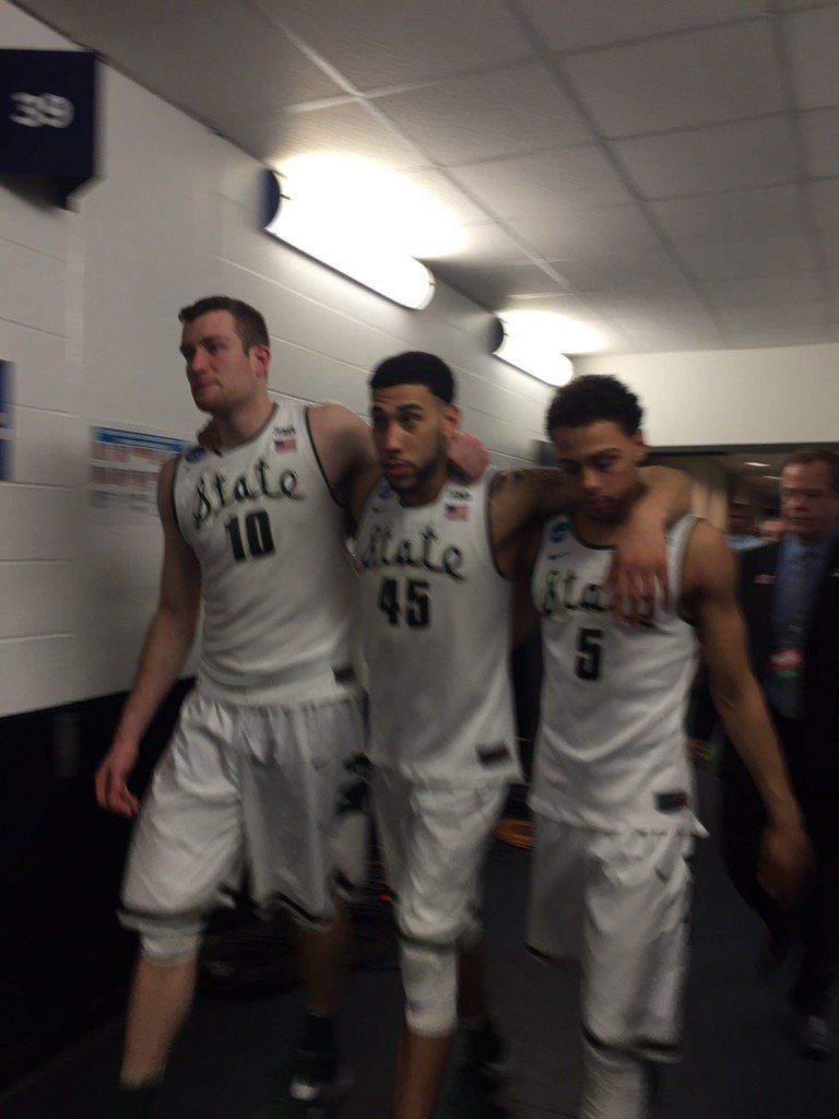 Three very sad seniors wipe away tears as they head to the podium. https://t.co/i7PhyT1qNm