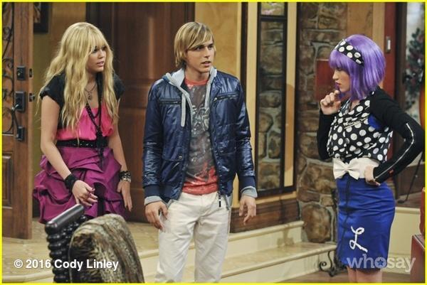 In honor of next week's #HannahMontana 10YrAnniversary #FlashbackFriday #FBF @MileyCyrus @EmilyOsment @DisneyChannel https://t.co/XidH8Jsgwc