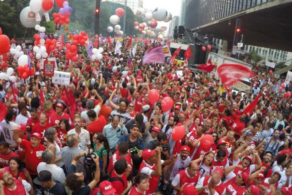 Manifestação contra o impeachment lota a Avenida Paulista https://t.co/yDVVtTcIf1 https://t.co/2YYbrJWD7u