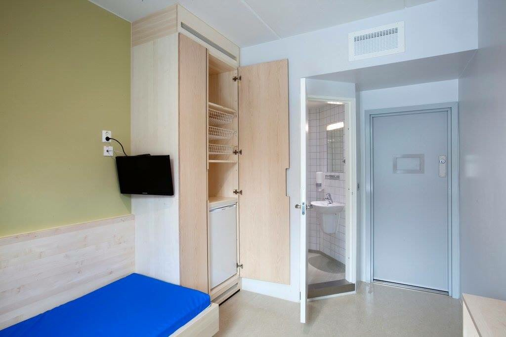 Prison cell in Norway.  Better than our student accommodation https://t.co/EAZl5VlX9b