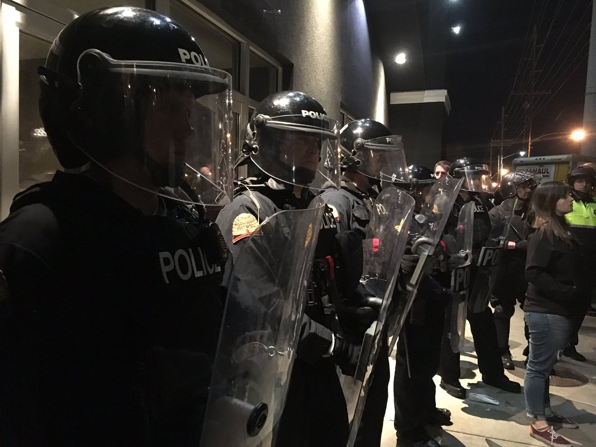 Big police presence, including riot gear, outside #Trump rally. No arrests, only minor incidents, says @slcpd. https://t.co/ITexeYr0qX