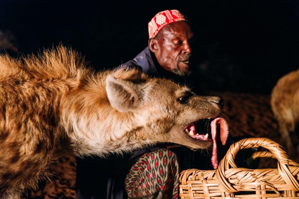 銀座ライカにて、エチオピアで壊れたカメラを修理に持ち込んだら、並んでたお客さんに「テレビ見ました。ハイエナに噛まれてましたよね」と突っ込まれ、受付の修理技術者が顔をしかめた。 https://t.co/RbIaoVy0vb