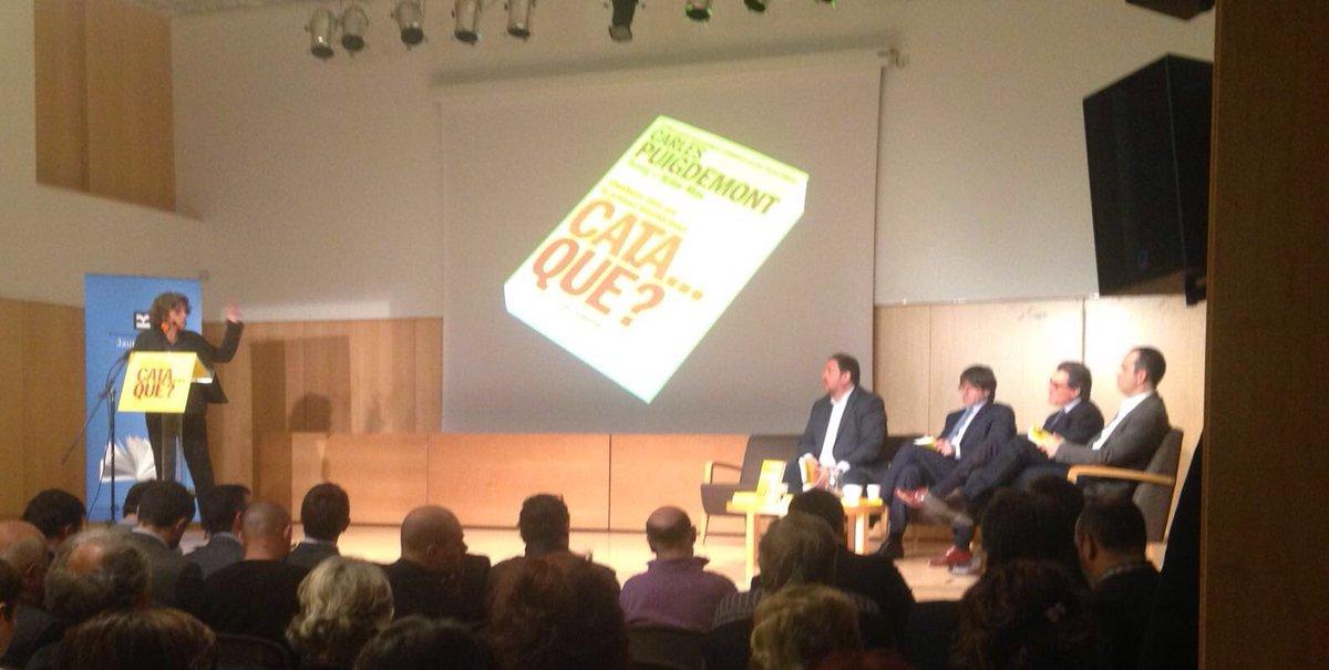 Ara mateix a la #bbcnJaumeFuster presentació del llibre Cata...què? Amb @KRLS @junqueras i Artur Mas https://t.co/SjTkvKsXzR