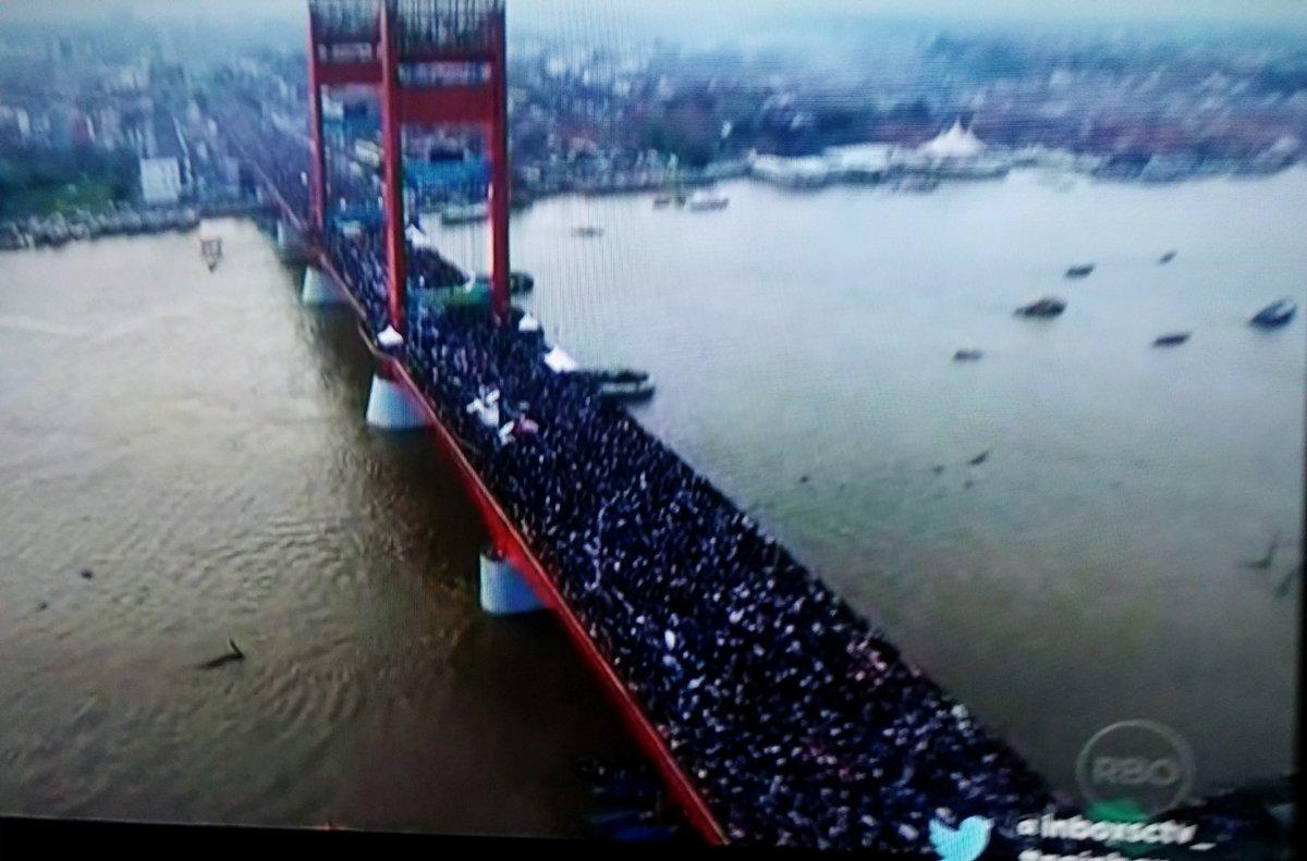 皆既日食を見る人で、アンペラ橋が埋めつくされてるw アンペラはダンナの故郷、スマトラ島パレンバンのムシ川に架かっている、全長507mの可動式の橋で、観光名所になってる。スカルノ大統領時代に、戦後賠償で日本政府によって建設されたもの。 https://t.co/Z0uPtJ11B7