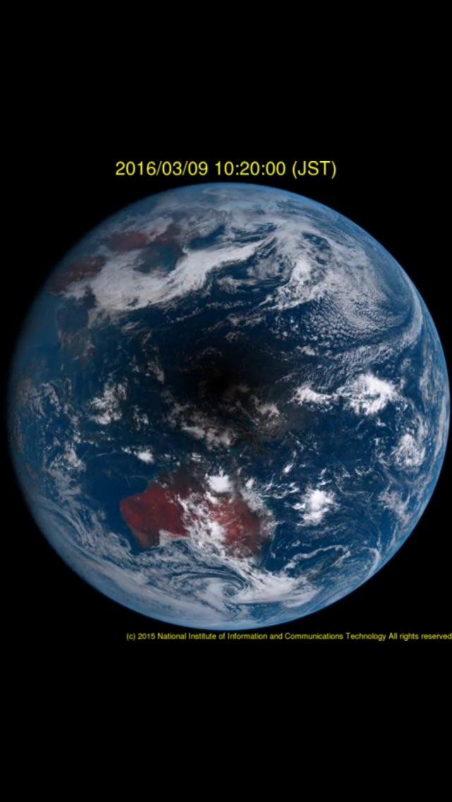 太平洋の真ん中に月の影がくっきりと落ちてるのが分かりますね。  ひまわり8号の地球写真撮って出し。30分前(10:20)の日本上空。 https://t.co/ixrLwCk0rz