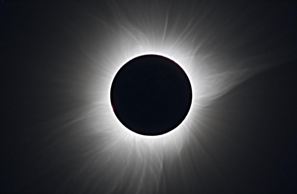 皆既日蝕の醍醐味はやはり揺らめくコロナ. 妖しく、ただ、美しい. https://t.co/8PrnZbyTQH