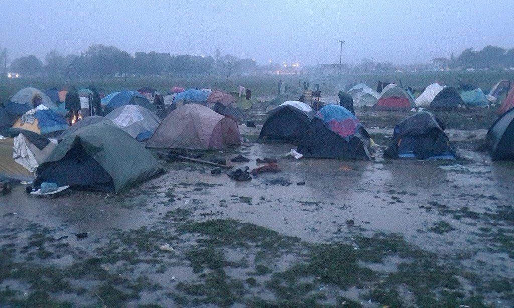 Cdo quieran quejarse x algo miren esta foto y piensen q 4 mil niños están al norte d Grecia así: con frío y lluvia https://t.co/4NL0VLMTLX