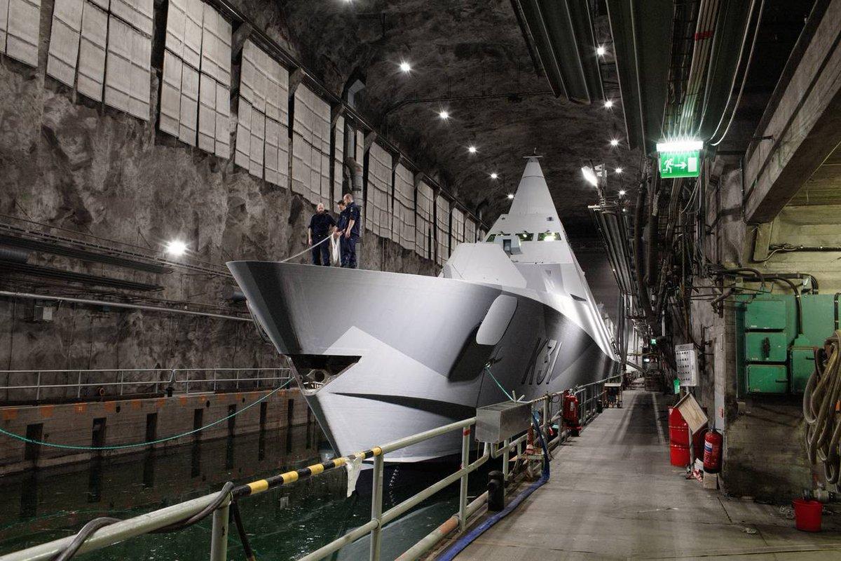 地下の秘密基地から発進する迎撃機という超燃える構図>RT 日本じゃワンダバでしか見れないこの構図を国を挙げて大真面目にやってたのがスウェーデン。ちなみに潜水艦とかも秘密の洞窟ドックから発進する。 https://t.co/1qxBom5RD7