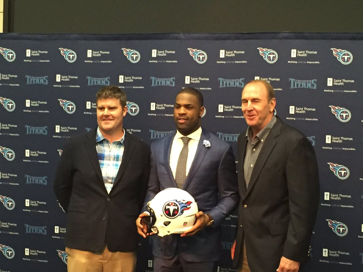 The Titans and their new man, @DeMarcoMurray. https://t.co/vrIWWTtKff