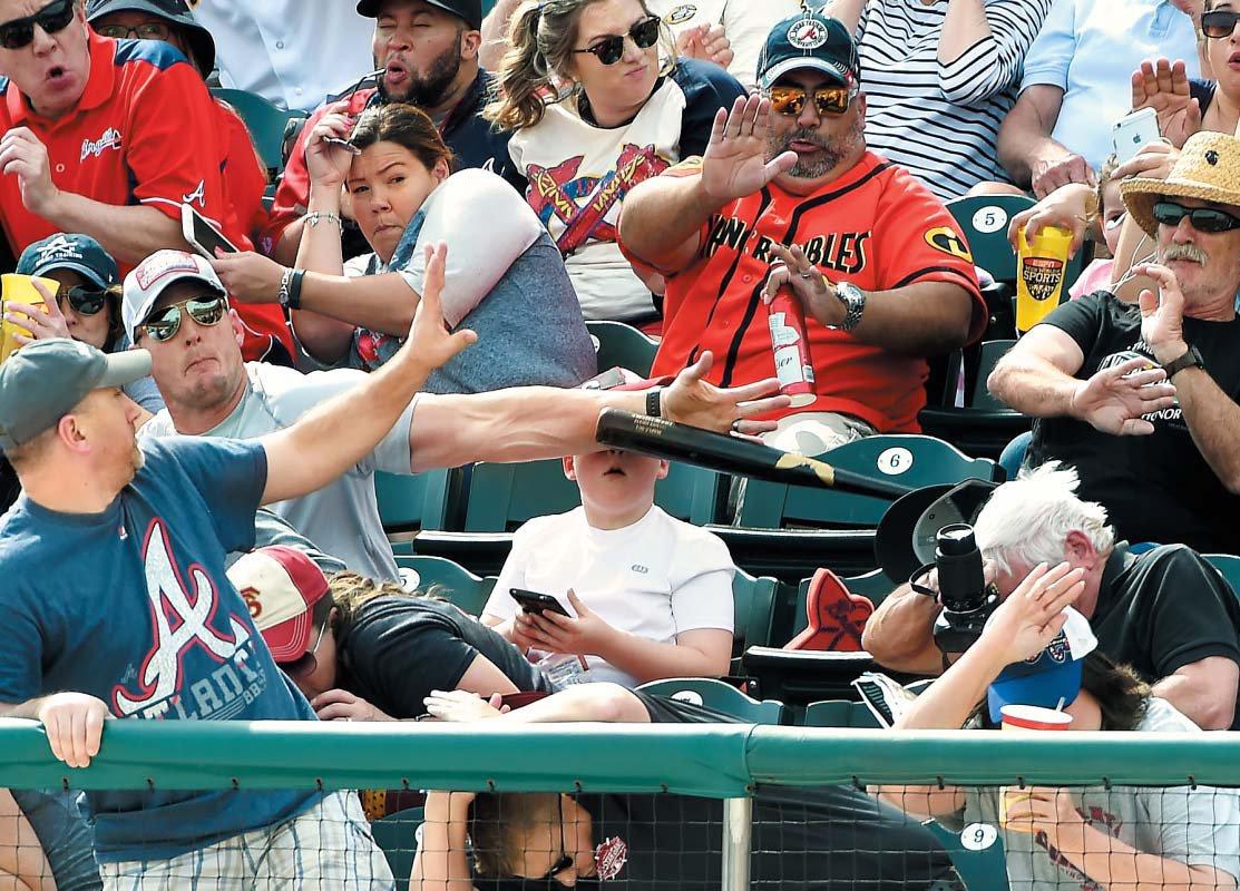야구장에 와서 스마트폰에 빠지면 크게 다칠 수 있다는 순간을 보여주는 사진. 아버지가 막지 않았으면 평생 망가진 얼굴로 살아야 됐을 겁니다. 스마트폰에 빠지지 말고 빠져 나오세요 https://t.co/ds4Cstnz8c