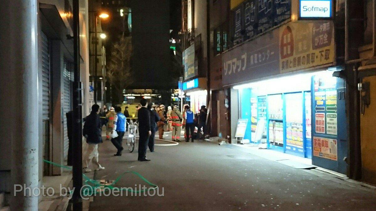 ソフマップモバイル館でボヤ騒ぎ?モバイル館裏のビルとの隙間に置かれていた荷物(ゴミ?)が燃えたらしく、消防士が掻き出して放水してる。ソフマップ店員も本店からホースを引っ張り出して手伝っている。 19:12 #akiba https://t.co/DiSgnoqvdt