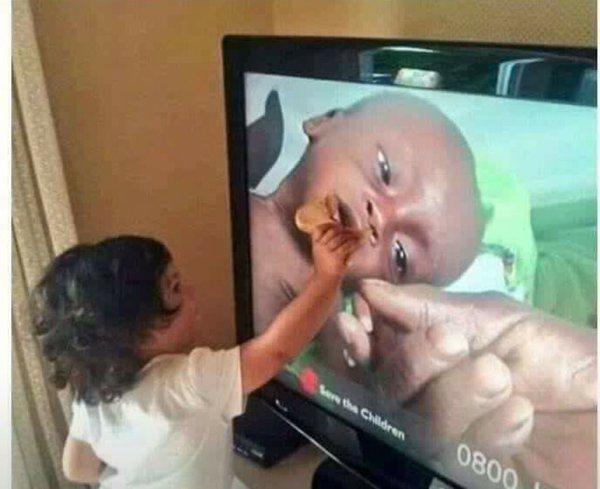 テレビに映ったアフリカの飢餓で苦しんでいる子供に、自分のパンをテレビ越しであげようとするトルコ人の女の子。女の子の使命感に溢れた表情が美しい。強く胸を打たれた。 https://t.co/Zbqru3tfl8