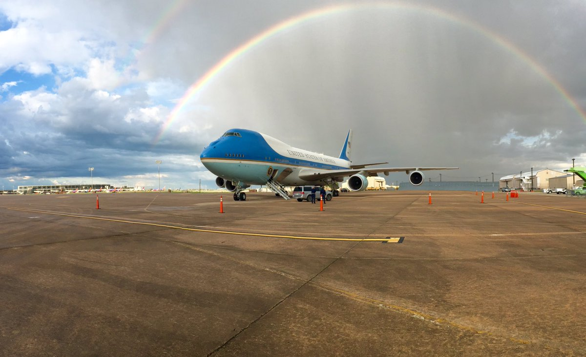 Air Force One sits under a double rainbow at @AUStinAirport #POTUSinATX https://t.co/wJA80lpwCH