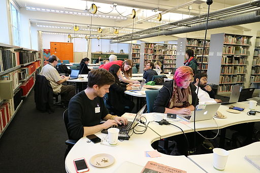 Editing a go go at @CACollegeofArts | By Zhengan [CC BY-SA 4.0 via Wikimedia Commons
