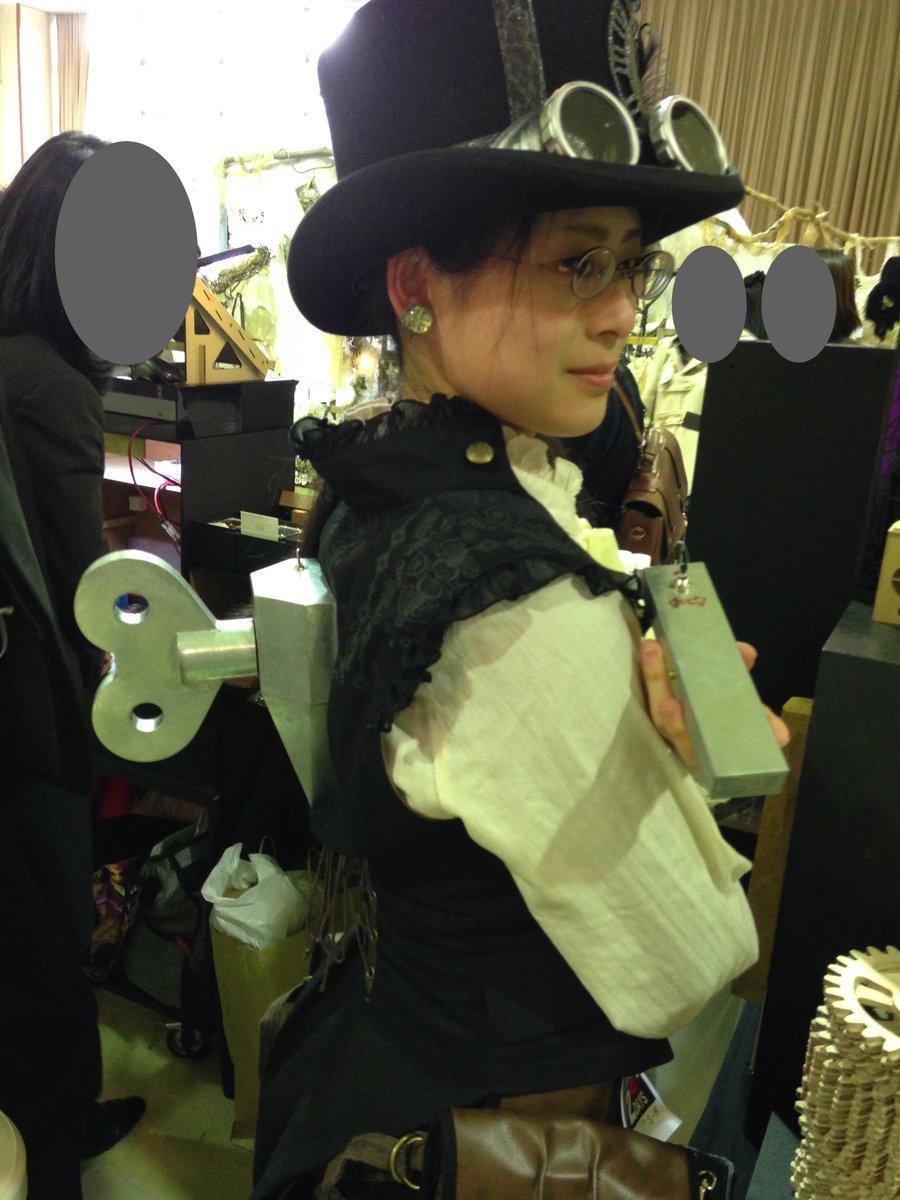 #日本蒸奇博覧会 @YoshidaFactory さんのブースにいらした、背中にネジのあるお姉さま。スイッチも貸してくださり、ネジ、回させていただきました!スイッチを傾けている間だけネジは回るんですよ!動く衣装、凄く素敵でした〜。 https://t.co/fL5OxnQ63L