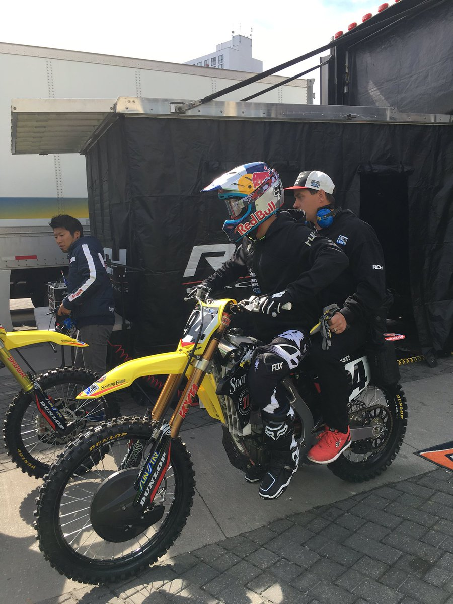 Ken Roczen headed to practice. #sx #rchracing #belray https://t.co/vDCMzb1DiI