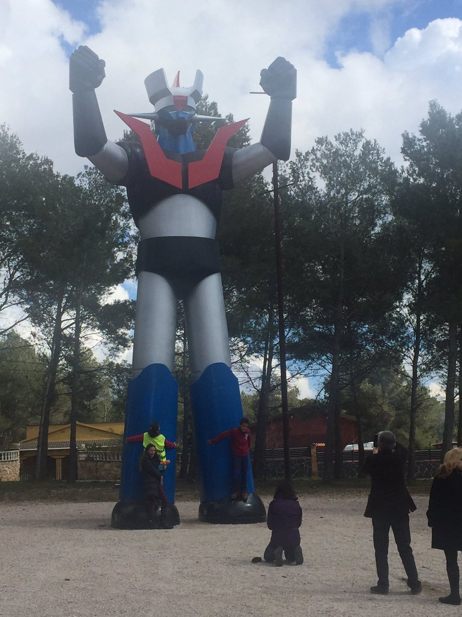 35 years ago a little town in Catalonia raised a 14m statue of Mazinger Z out of nowhere, equally weird and awesome https://t.co/O0eiq3xTcM