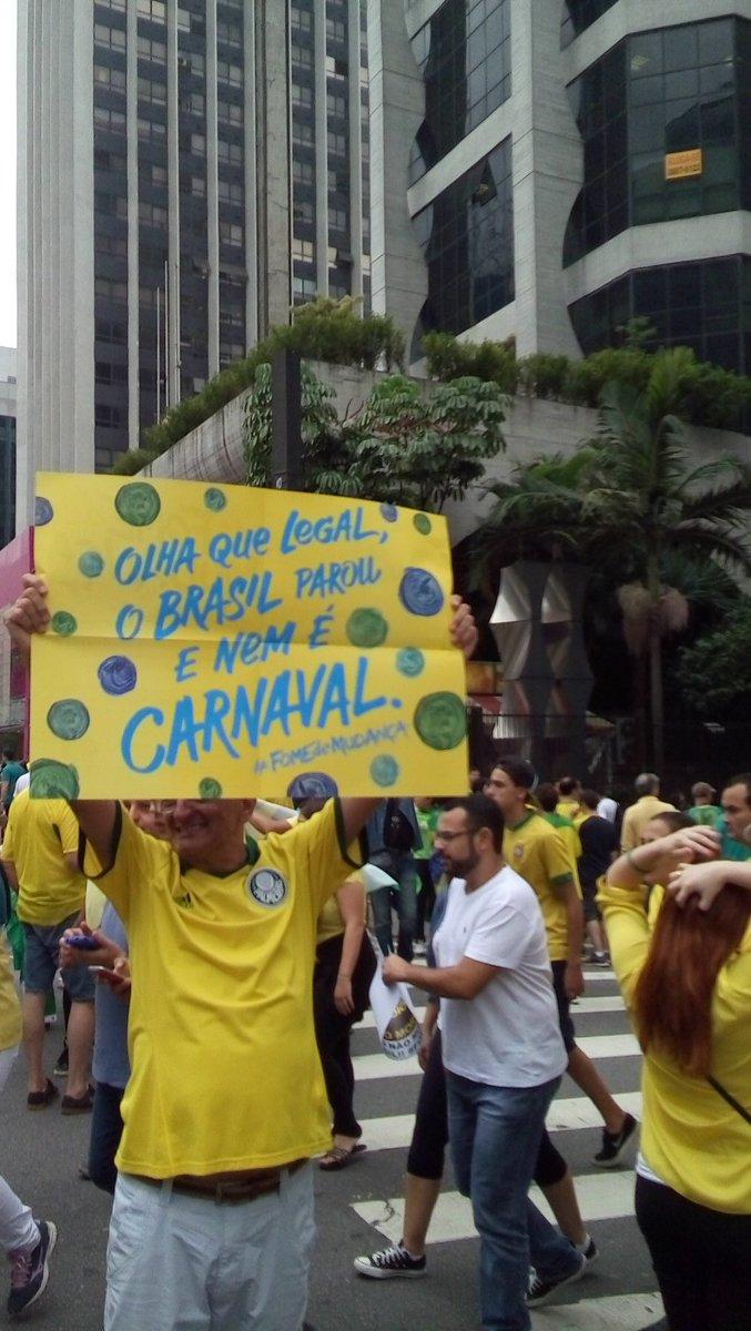 """Homem segura cartaz com os dizeres """"Olha que legal, o Brasil parou e nem é Carnaval"""" na Paulista #ExameNoProtesto https://t.co/G7cSrHJDyq"""