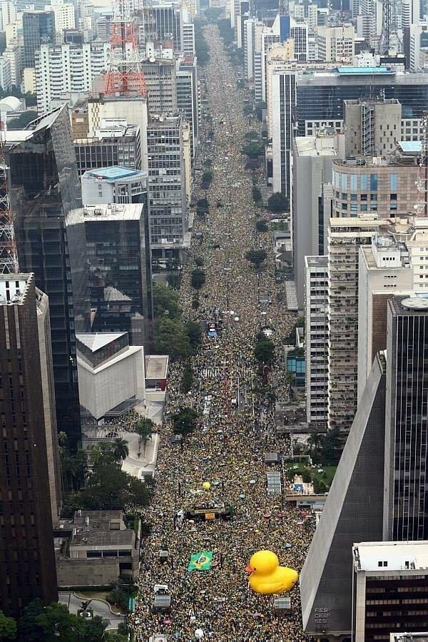 汚職をめぐるブラジルの反ルーセフ政権デモ、大変なことになってるな。 https://t.co/3cYdIadx4m https://t.co/28pGPbuFkw