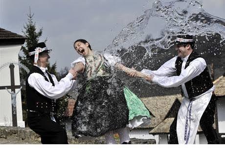 写真にみるチェコのイースター。女性は水をかけられる。 https://t.co/x1NXUnBlHL