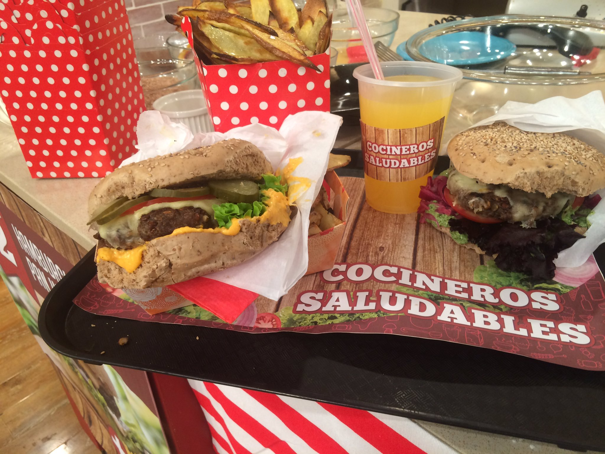 Se viene la Hamburguesa hiper nutritiva en @cocinerosarg con @ximena_saenz @juanitoferrara @SivoriDiego @TV_Publica https://t.co/i1nYj6ezgW