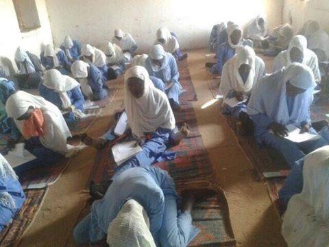 طالبات من النازحين في محلية طويلة بشمال دارفور يؤدين امتحانات الشهادة السودانية اليوم ١٤-٣-١٦... والله قلبي وجعني! https://t.co/YAOwNvxmVV