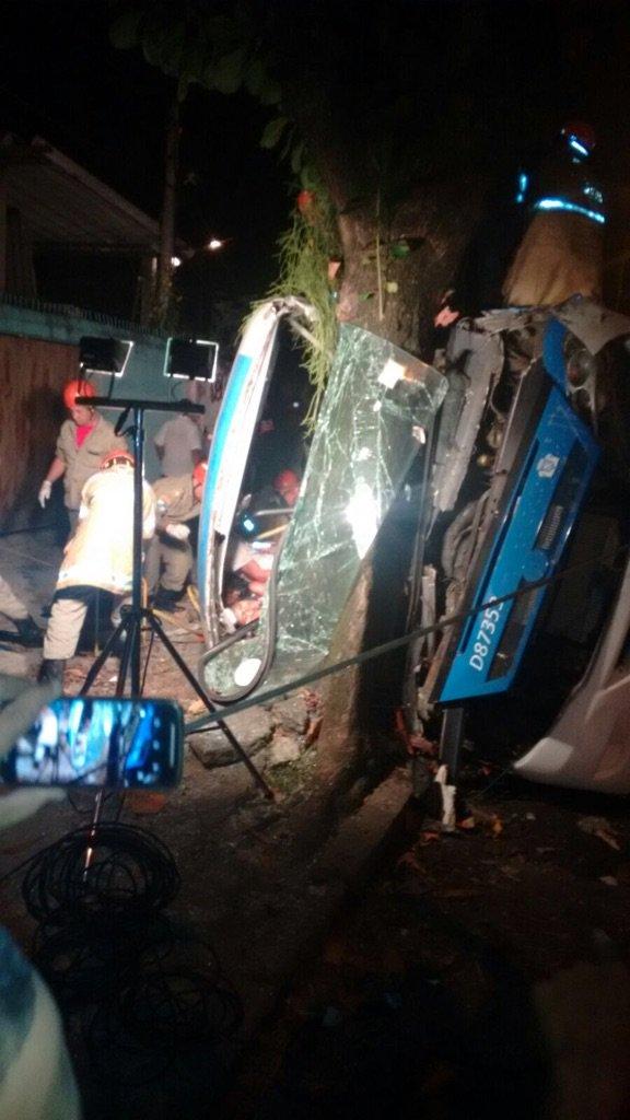 Gente grave acidente  na Cesario de Melo com ônibus em frente à UPA do Cemitério. Muitos feridos no local. https://t.co/StddpVPvPb