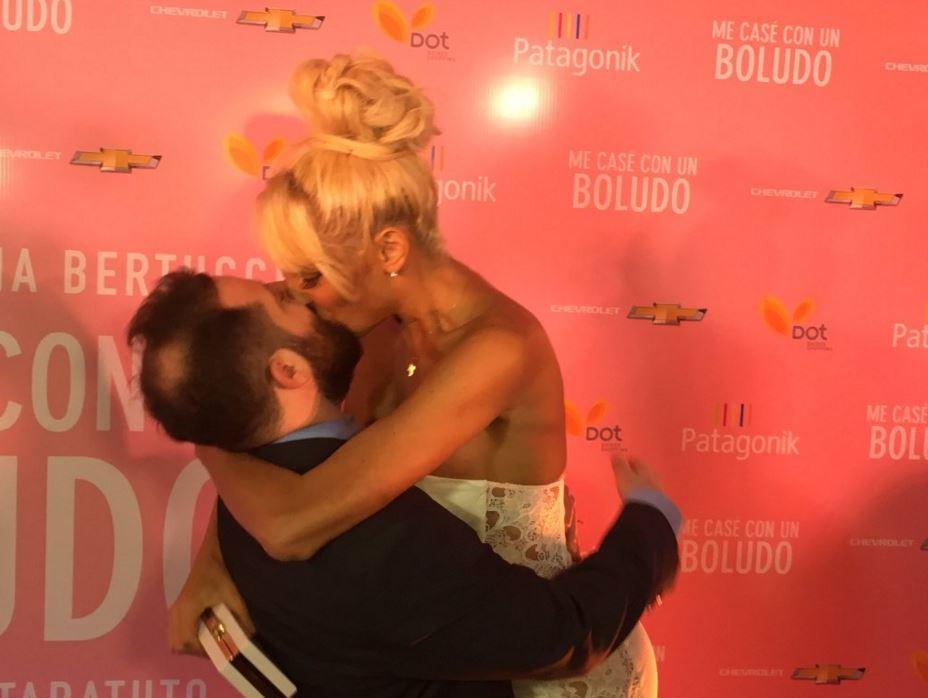 """Vicky y Ottavis anunciaron casamiento en la avant premiere de """"Me casé con un boludo"""" https://t.co/UOWiORVwop https://t.co/BIHbqPslt0"""