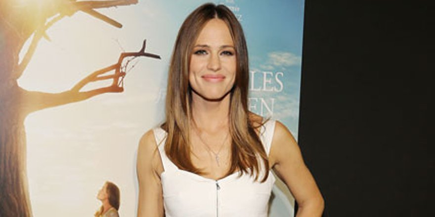 Jennifer Garner is spring-y perfection in white at MiraclesFromHeaven premiere in Miami