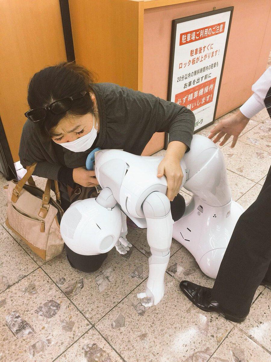 昨日、会社近くの琉球銀行で、 具合悪そうな方がいたので、 介抱してあげましたが、 なかなか起き上がれず、 かなり重い方でしたので、 あとは行員の方にお任せして 帰りました。 ご無事に回復なさいますように…(;´Д`A https://t.co/YyfFiLHJHC