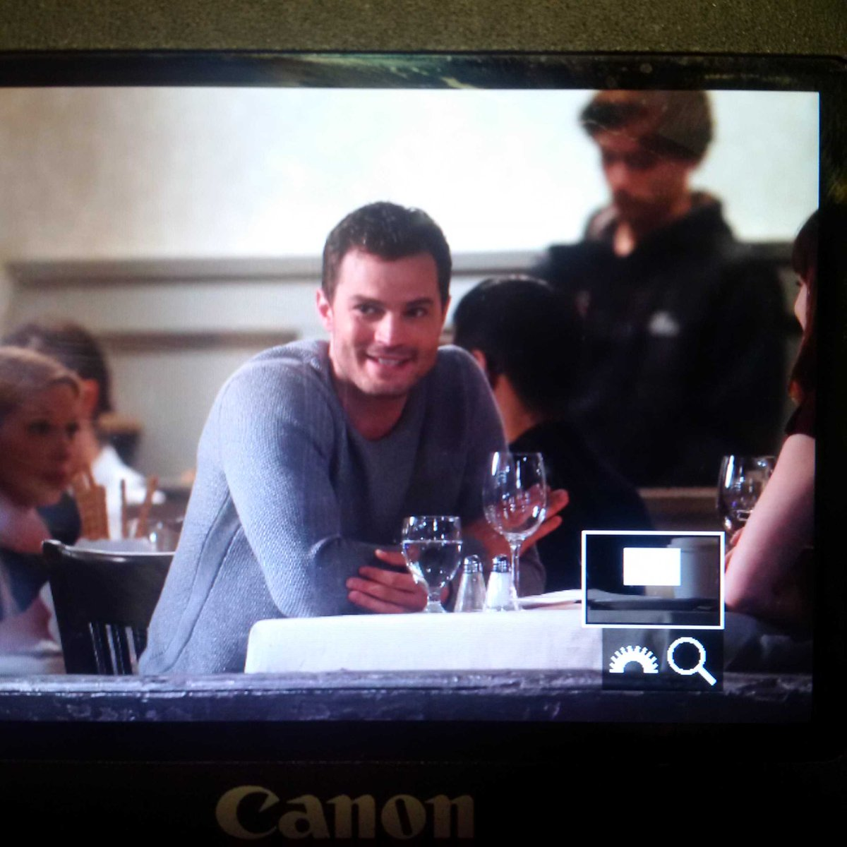 Belated update: #JamieDornan at Water St. Cafe earlier tonight filming #fiftyshades. https://t.co/O7P4xHOmdI